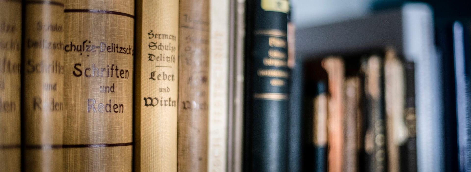 Nahaufnahme Bücher in der Bibliothek im Genossenschaftsmuseum